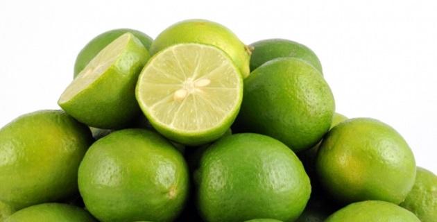 Frota el limón suavemente para no irritar tu piel