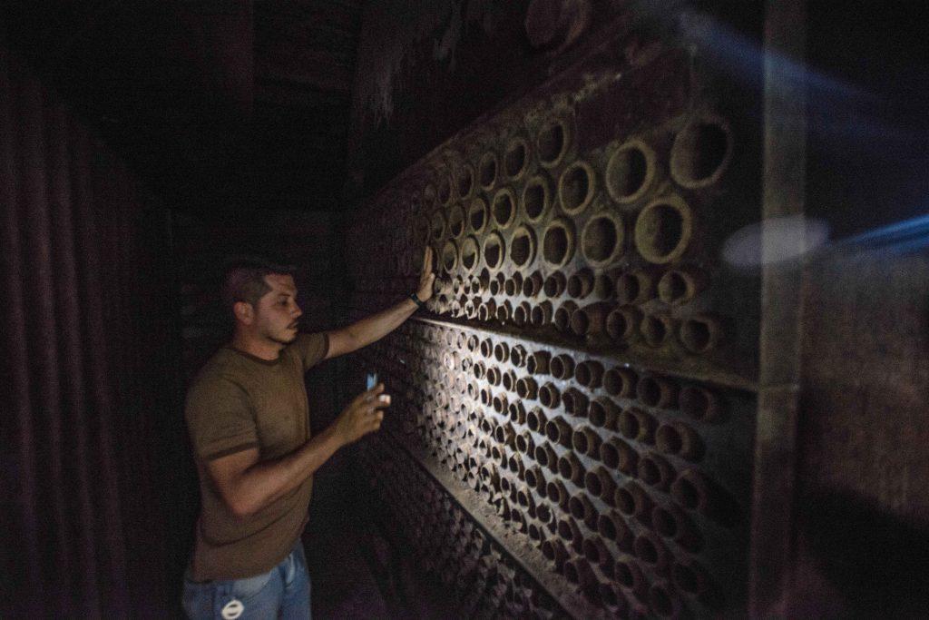 Una vez que el fruto del café es despulpado y se ha separado de su cáscara, los granos proceden a ser tostados delicadamente en grandes hornos.